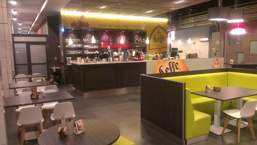 Areas - Aéroport de Charleroi (Belgique) - Etudes d'aménagement du bar et de la salle suivant cahier des charges - Etudes et suivi de mise en œuvre du froid commercial - Assistance technique et maîtrise d'oeuvre matériel des points de vente - GCB Etudes - Grand Est